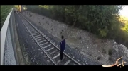 شوخی دیوانه وار پسر نوجوان با قطار در حال حرکت!!!!!!!!!