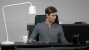 میز تحریر موتوردار IKEA از خستگی شما جلوگیری می کند