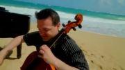 نواختن موسیقی بسیار گوش نواز در کنار ساحل
