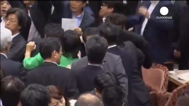 نزاع میان نمایندگان پارلمان ژاپن هنگام بحث دفاعی