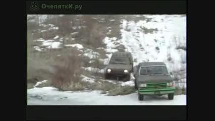 عبور اتومبیل از رودخانه یخ زده