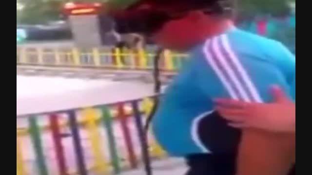 حادثه دلخراش برای دختر بچه در شهر بازی...!