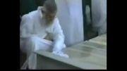 تعویض سنگ قبر امام رضا(ع)توسط رهبر اسلام اقای خامنه ای