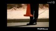 تعویض لاستیک ماشین توسط مرد
