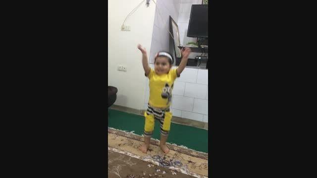 دیبا کوچولو در حال تقلید صدا و حرکات مجری برنامه کودک