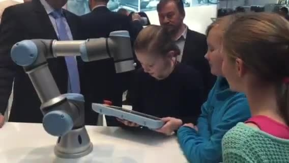 Everyone can learn to program a UR robot - HM2015