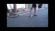 دوچرخه سواری رو ی دوچرخه ای که اندازه ی کف دسته