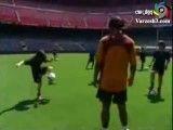 حرکات خیلی زیبا  و قشنگ از رونالدینهو- حرکات تمرینی رونالدینیو در تمرین تیم بارسلونا-