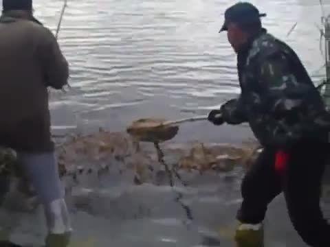 لذت ماهیگیری با قلاب را در این ویدئو ببینید و شاد باشید