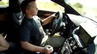 رانندگی کردن پسر نوجوان