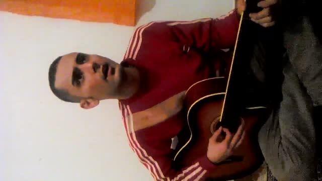 امید خوشمرام که آهنگ بومن رو با گیتار میزنه و میخونه