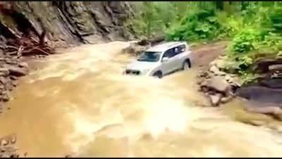 عبور تویوتا پرادو از رودخانه