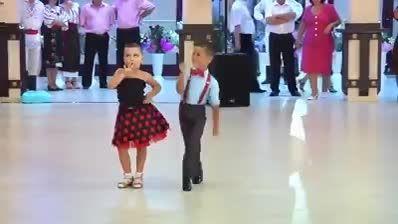 رقص زیبا از یك دختر بچه و پسر بچه