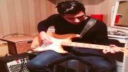 مهراد هیدن در حال گیتار زدن