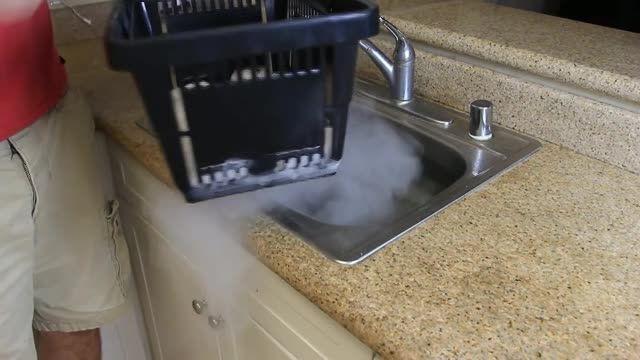 قرار دادن نزدیک به یک کیلو یخ خشک در اب گرم