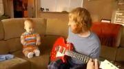 نوزادی 1 ساله در حال گیتار برقی زدن