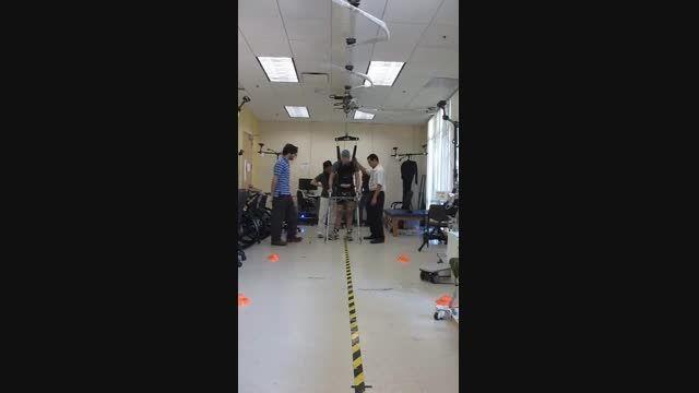 راه رفتن معلول فلج کامل بکمک واسط مغز – رایانه و محرک