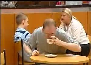 ریختن قهوه رو کله این مرد توسط  زن عصبانی(خنده مرگ نشی)