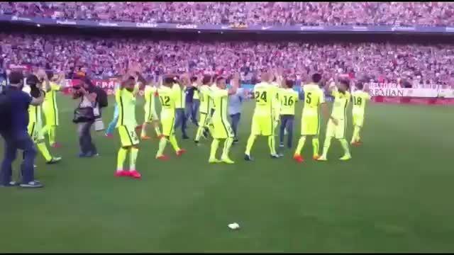 جشن بارسلونا پس از قهرمانی لالیگا در رختکن