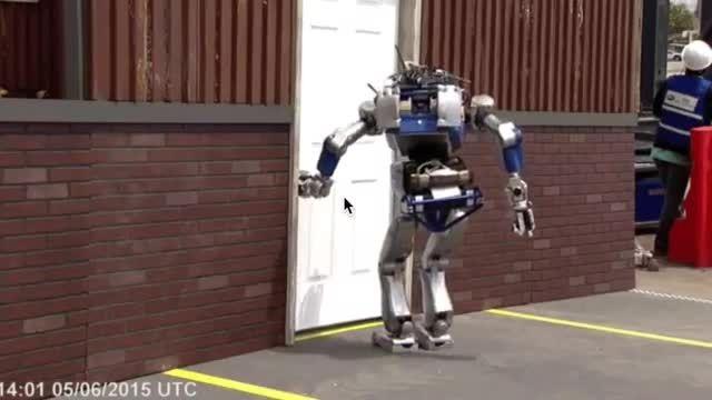صحنه های خنده دار از افتادن ربات ها در Darpa Robotics