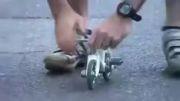 دوچرخه سواری در کوچکترین دوچرخه ی ممکن