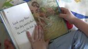خواندن کتاب توسط کودک 3 ساله در آموزش زود هنگام