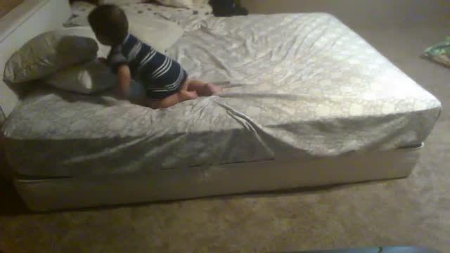 بچه باهوش , روش بی خطر پائین آمدن از تخت را پیدا کرد