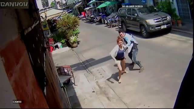 ضربات بیرحمانه چاقو مرد به بدن دختر جوان