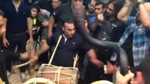 سنج و دمام زنی صداپیشه جناب خان در عزاداری بوشهر
