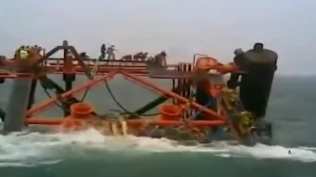 لحظه غرق شدن هم وطنانمان همراه پلت فرم گاز - خلیج فارس