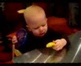 لیمو ترش خوردن بامزه ی نینی