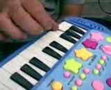 پیانیست حرفه ای که بااسباب بازی مینوازد
