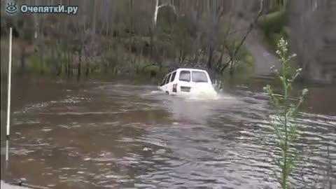 عبور تویوتا از رودخانه