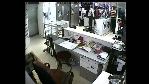 بچه دزد(دزدی از فروشگاه لوازم خانگی)
