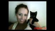 دختر و بچه گربه سیاه