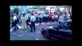 زن آمریکایی با مشت پلیس نقش زمین شد