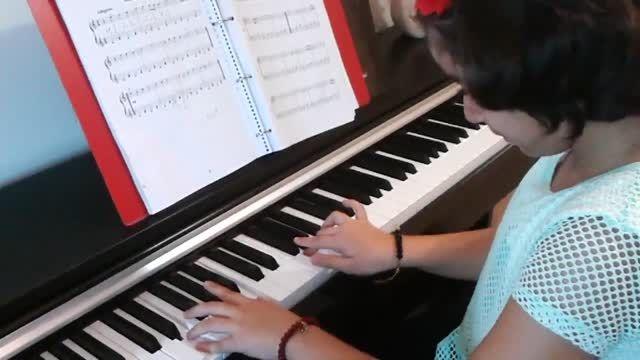 پلنگ صورتی نوازندگی پیانو توسط مژده آقادادشی