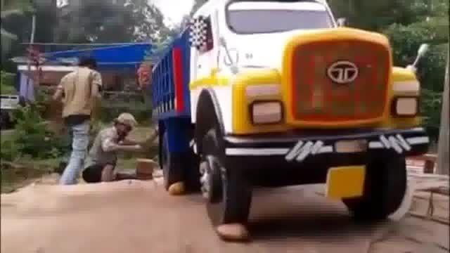 شستن یک کامیون به این بزرگی واقعا خسته کننده است