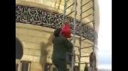 نصب پرچم بالای گنبد حرم حضرت زینب (س) توسط یکی از فرماندهان
