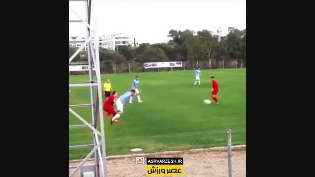 لگد زدن به بازیکن حریف
