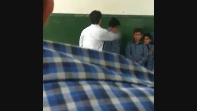 کتک زدن دانش آموز سر کلاس توسط معلم