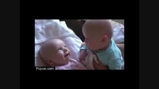 Pajvak.comاین دو کودک حتما دارن درد و دل میکنن