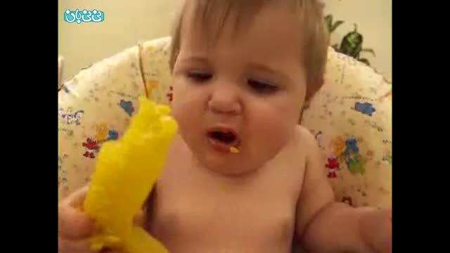 بچه و خوردن میوه ترش