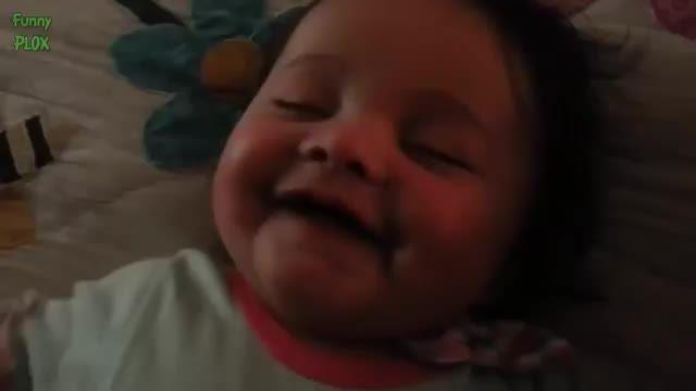 خنده نوزادان در خواب