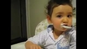 آخی خیلی بامزه است  بچه بامزه با حرف زدن شیرینش