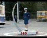 یک پلیس زن بسیار قانون مند که مثل روبات قانون رانندگی را اجرا میکند (شاید هم یک روبات باشد)