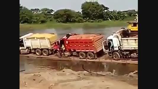 چپ شدن سه کامیون با بار