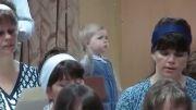 شکلک درآوردن یه دختر ناناز در کلیسا