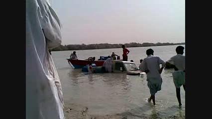 گیر کردن ماشین تویوتا در آب