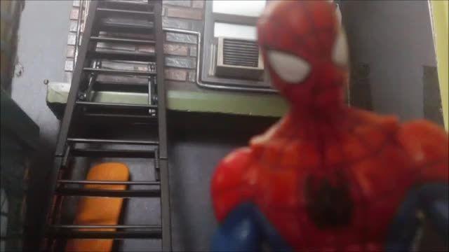جنگ اسباب بازی مرد عنکبوتی با مرد شنی